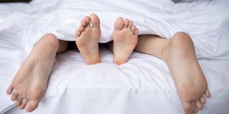 Couple ayant des relations sexuelles - Comment tenir plus longtemps au lit